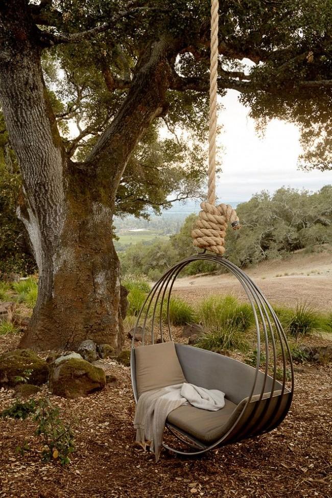 Une version inhabituelle d'une chaise suspendue, assemblée à l'aide d'arceaux métalliques