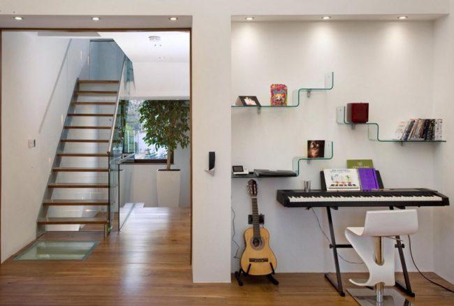 Les étagères en verre à deux niveaux en forme de marches seront un excellent ajout au salon d'une maison de campagne