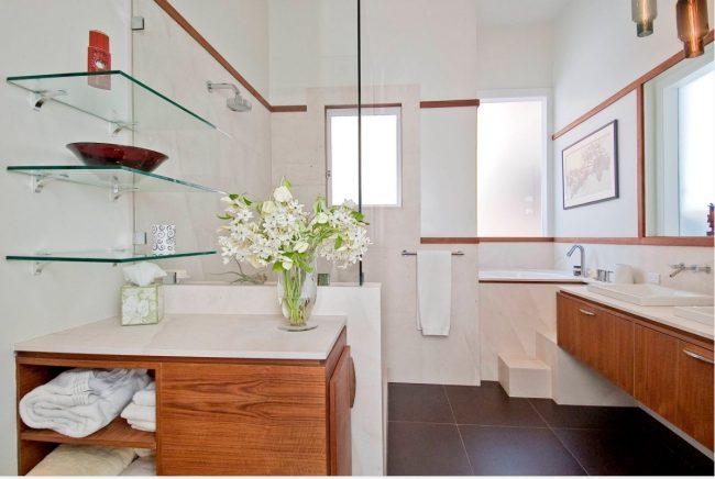Les étagères en verre sont souvent utilisées dans la salle de bain