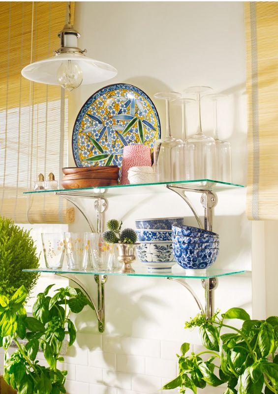 Les étagères en verre minces avec supports d'étagère en argent sont des éléments indispensables dans toute cuisine