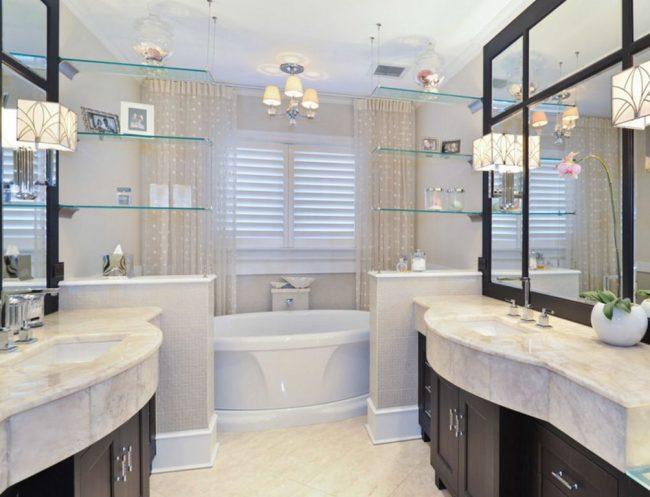 Les étagères en verre suspendues dans la salle de bain peuvent être utilisées pour le zonage de la pièce