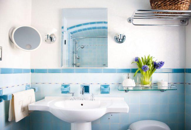 Étagère rectangulaire en verre dans la salle de bain