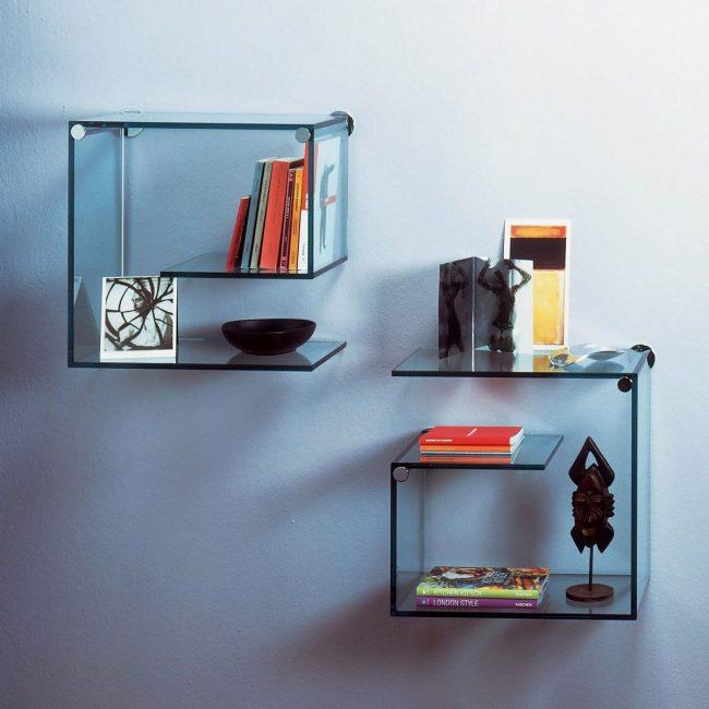 Les étagères en verre incurvé conviennent pour ranger des livres et s'intègrent à l'intérieur d'un bureau à domicile