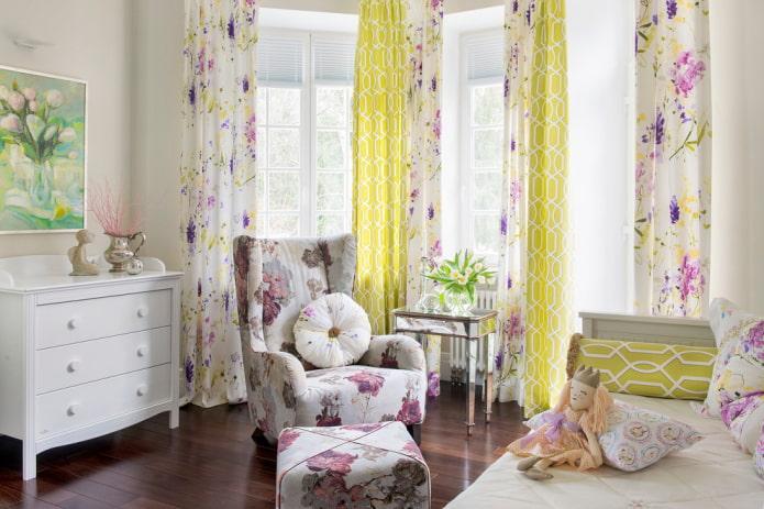 Une combinaison de différents motifs sur les rideaux