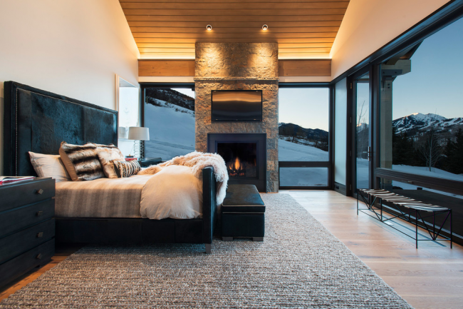 Fenêtres du sol au plafond dans la conception d'une chambre à coucher moderne
