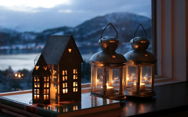 Les bougies sur la fenêtre décoreront non seulement votre intérieur, mais contribueront également à réduire le niveau d'humidité.