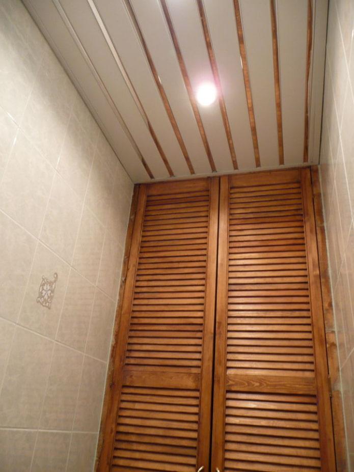 structure suspendue en rack dans la salle de bain
