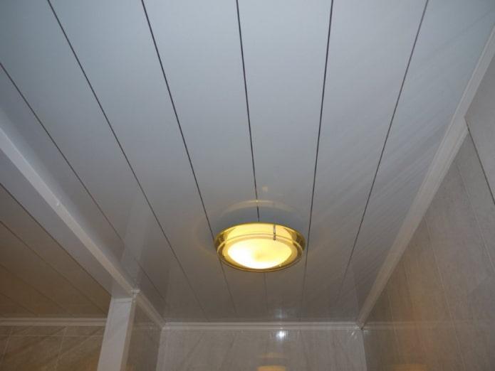 panneaux de plafond en plastique dans la salle de bain
