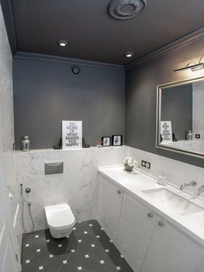 plafond peint dans la salle de bain