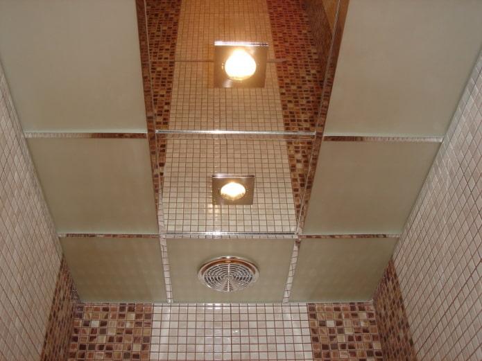 structure de plafond en miroir dans la salle de bain