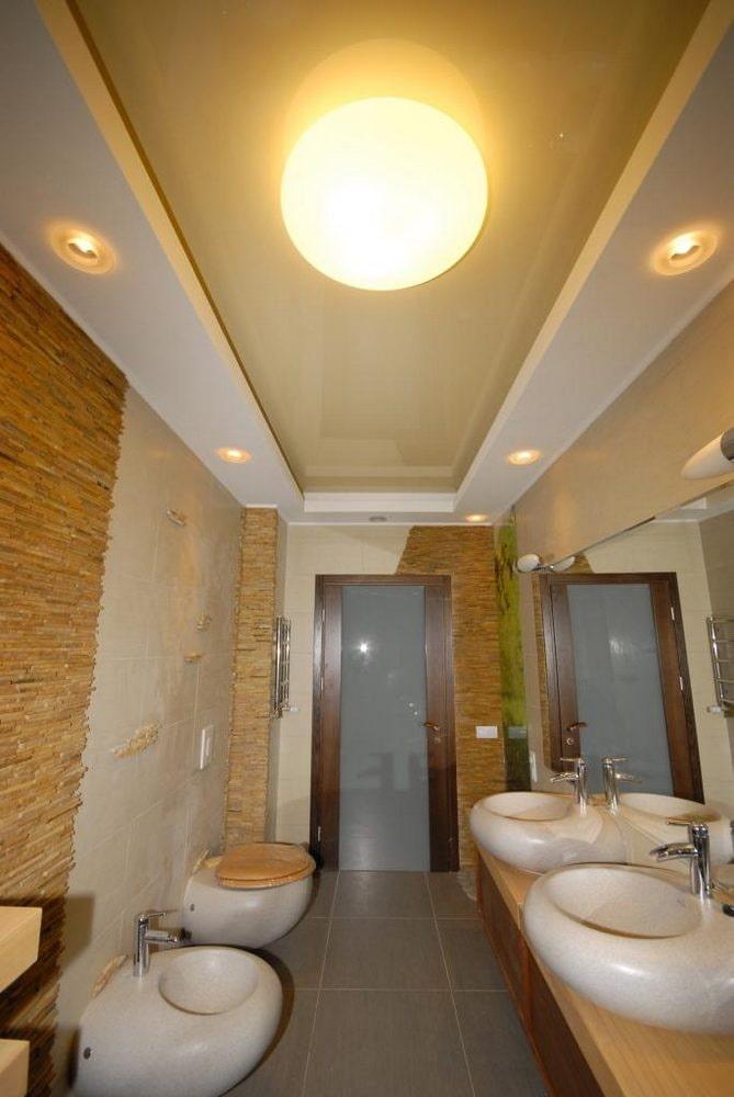 construction à deux niveaux dans la salle de bain