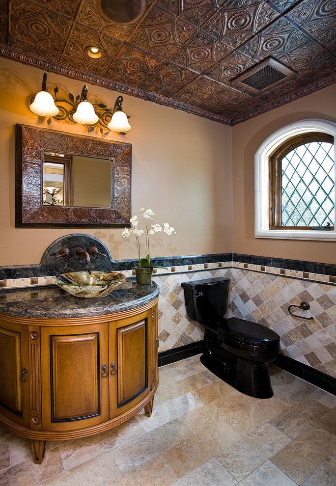 carrelage au plafond dans la salle de bain