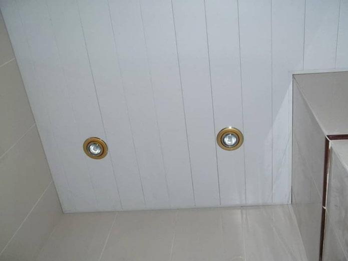 bardage au plafond dans la salle de bain