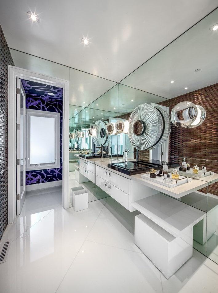 plafond avec texture satinée dans la salle de bain