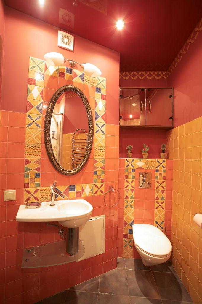 toile extensible rouge dans la salle de bain