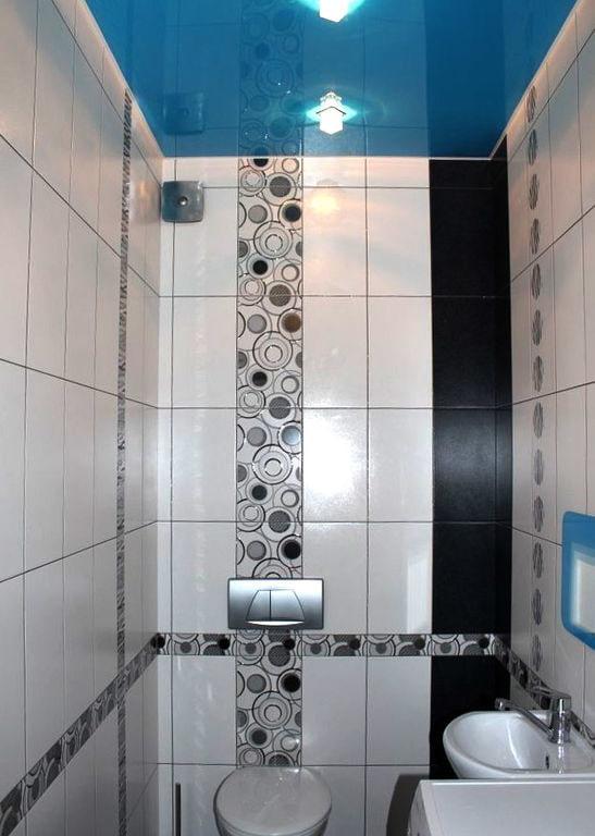 plafond avec une texture brillante dans la salle de bain
