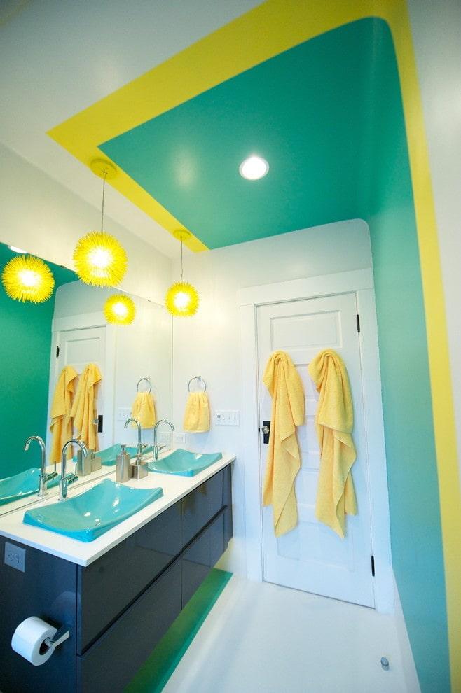 plafond coloré dans la salle de bain