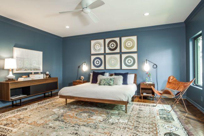 Combinaison délicate de nuances de bleu clair et de blanc dans la chambre