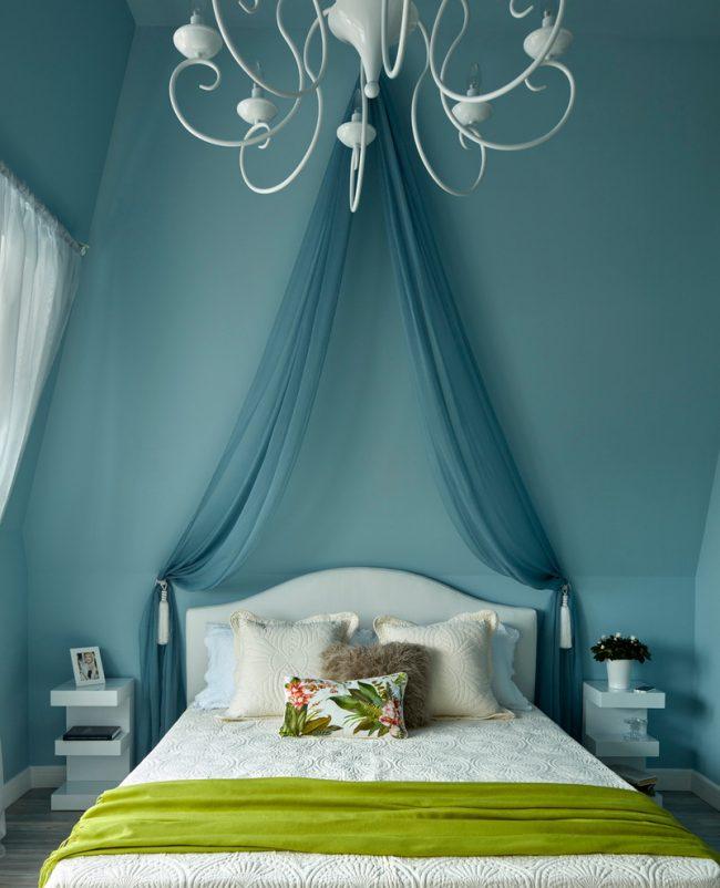 Les textiles verts donnent vie aux intérieurs de chambre blancs et bleus froids