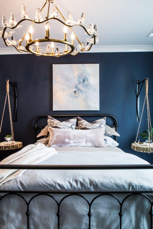 Une riche combinaison de bleu foncé et de blanc dans un intérieur moderne