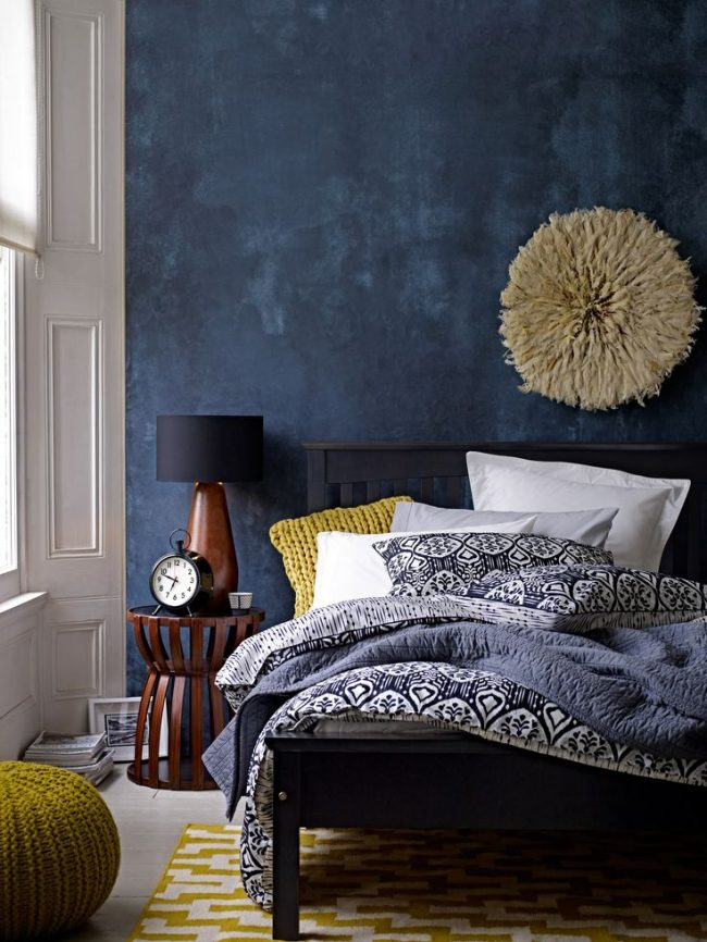 Combinaison stricte de bleu foncé et de noir dilué avec des accessoires tricotés