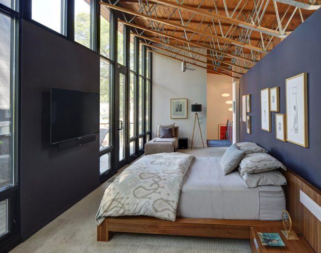 Chambre loft panoramique avec garniture murale tête de lit bleue