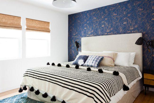 Style ethno clair et aéré dans un intérieur classique blanc et bleu
