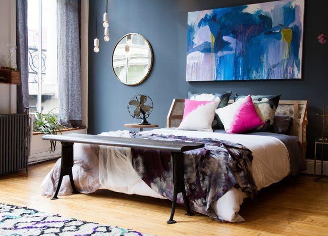 Teinte sombre austère assortie aux textiles et à certains meubles