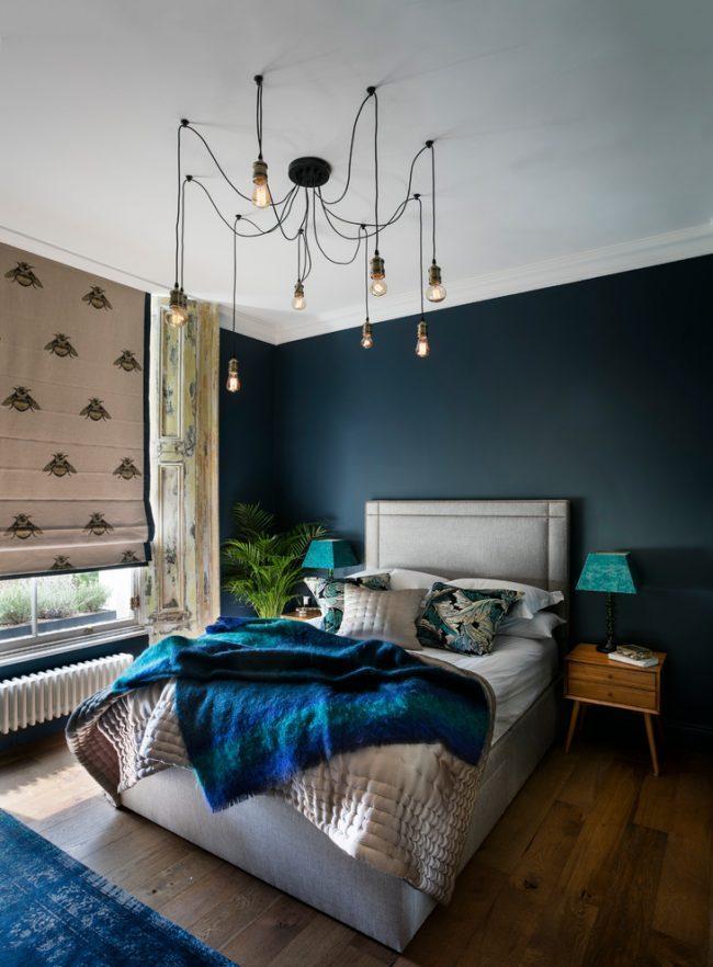 Petite chambre avec un mur sombre en surbrillance