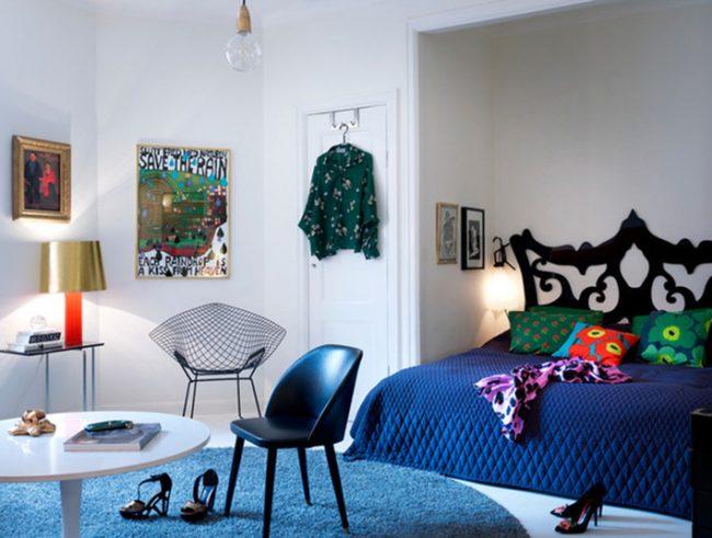 De petits accessoires textiles bleus apporteront chaleur et confort à la pièce.