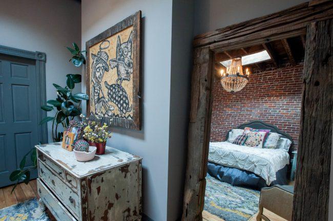 Loft confortable avec des éléments décoratifs dans les tons bleus