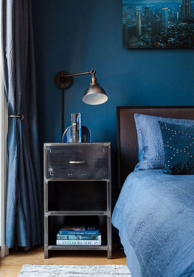 Intérieur de chambre en bleu, dilué avec des meubles marron