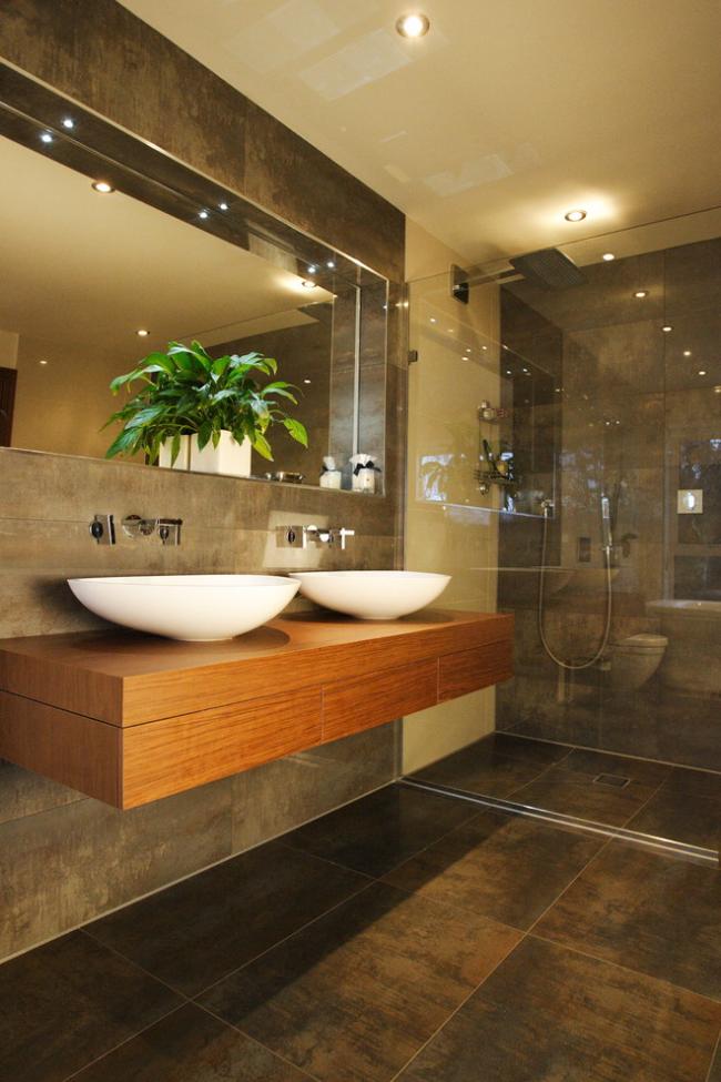 Salle de bain avec petites lumières encastrées