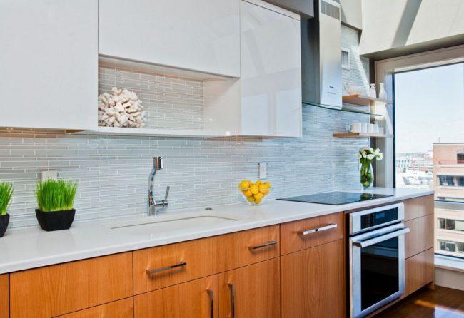 Carrelage bleu clair dans une cuisine moderne