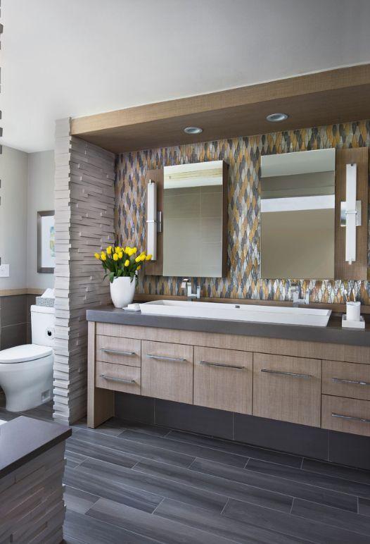 Mosaïque de verre dans la salle de bain dans les tons marron