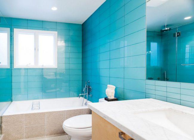 Les carreaux de verre bleu donnent un effet miroir et rehaussent visuellement la pièce