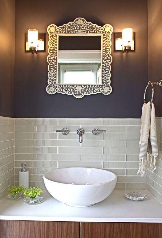 Les carreaux de verre peuvent être utilisés pour décorer partiellement des zones de la pièce, par exemple près du lavabo