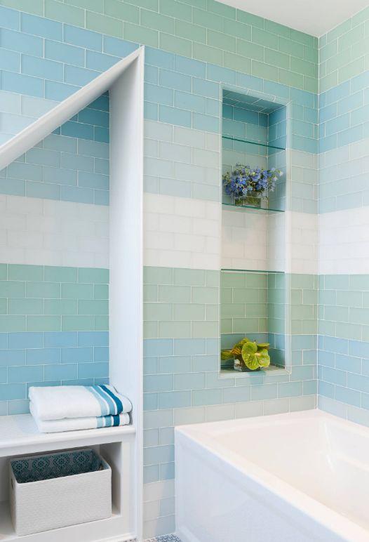 Carreaux de verre émaillé dans les tons bleus de la salle de bain
