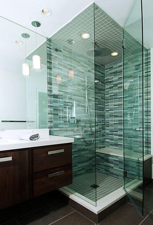 Les petits carreaux de verre rectangulaires mettent en valeur la perfection d'une salle de bain moderne