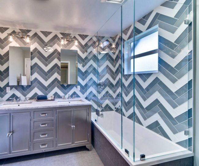 Un dessin dans la salle de bain peut être créé à l'aide de carreaux de verre multicolores.