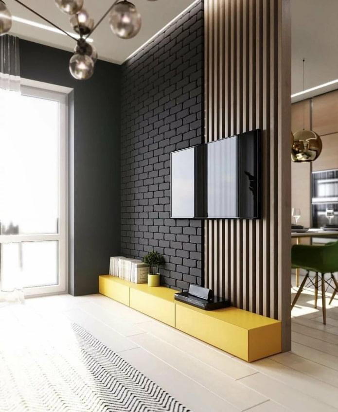 télévision sur un mur en bois