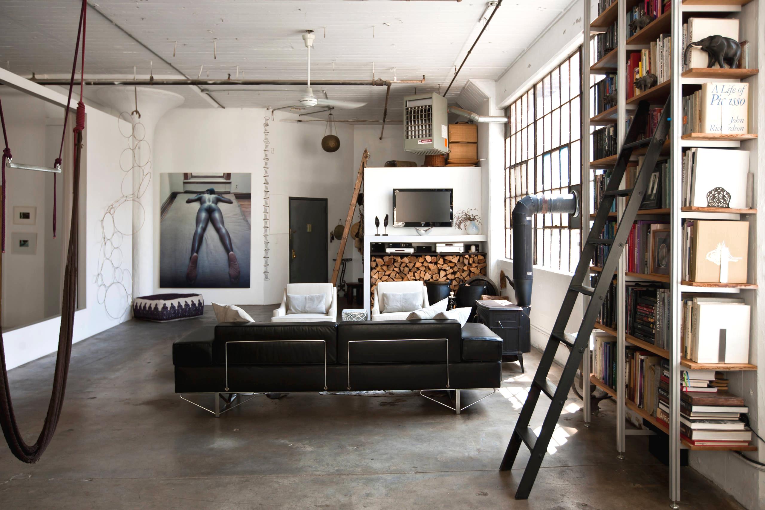 Style loft à l'intérieur d'un salon spacieux