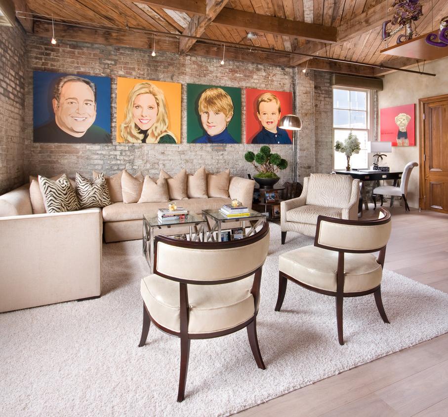 Des portraits éclatants de tous les membres de la famille sur le mur du salon