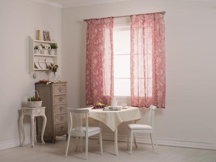 rideaux roses dans la cuisine