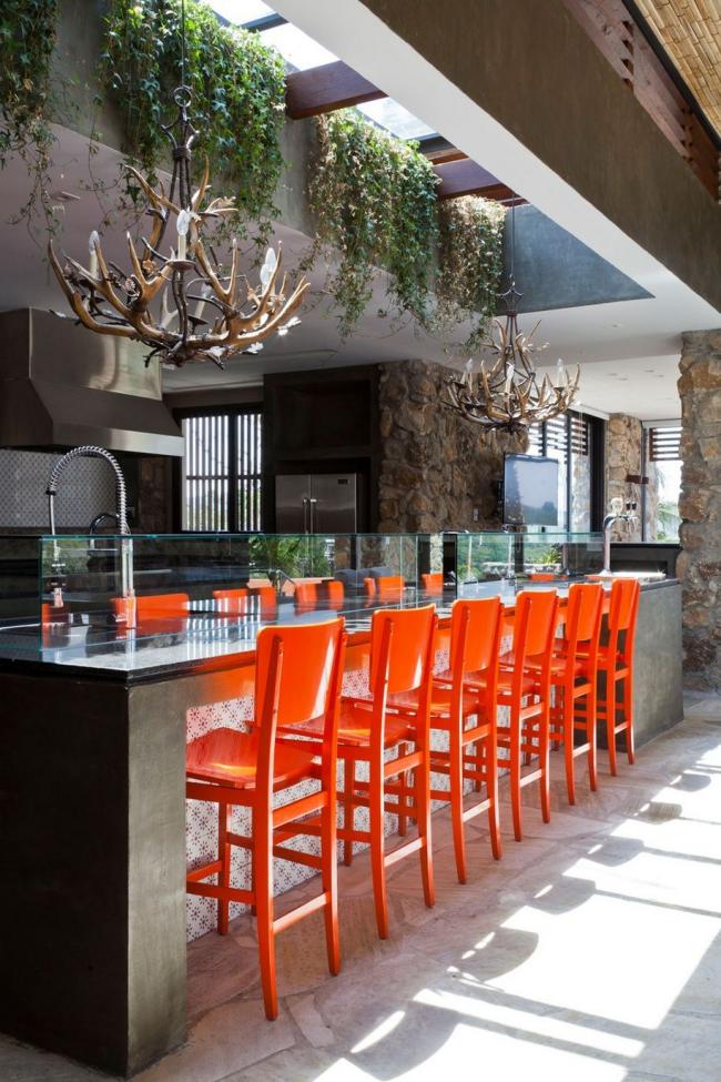 Les tabourets de bar orange ajoutent du contraste à votre cuisine