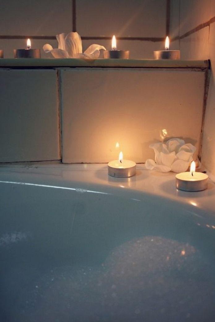 Bougies dans la salle de bain