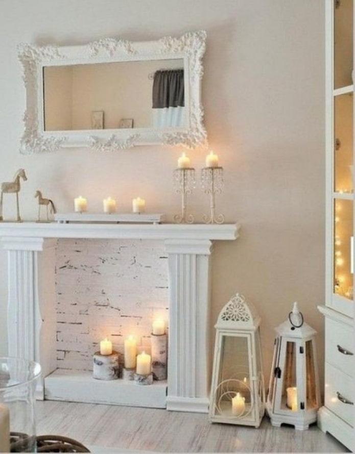 Bougies dans une fausse cheminée
