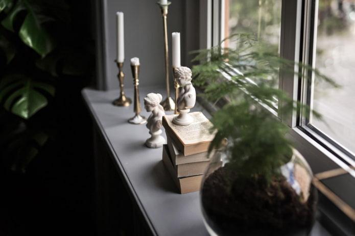 Chandeliers sur le rebord de la fenêtre