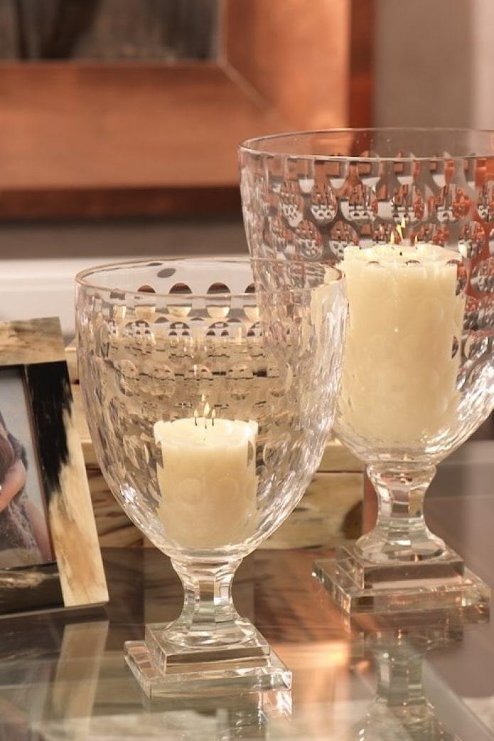 Bougies dans des vases