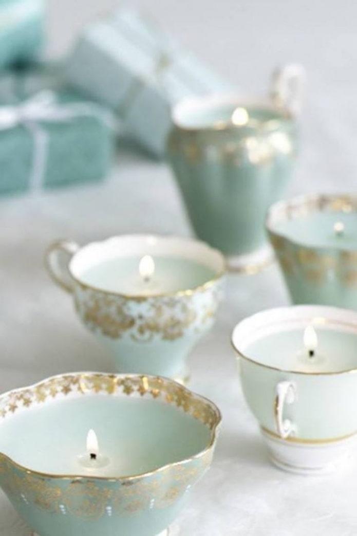 Bougies dans des tasses
